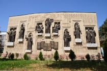 A_monument_to_scholars_in_Dushanbe.JPG